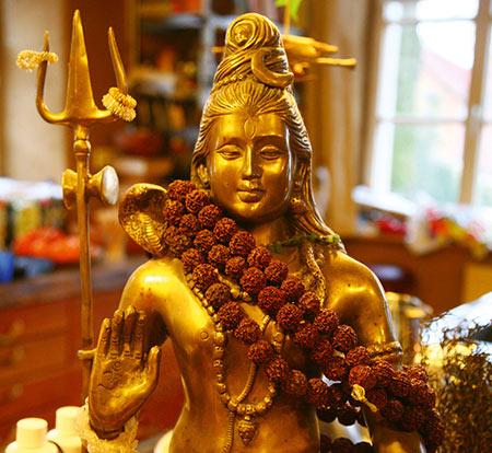 Möchtest Du deine innere Mitte finden, gelassener und gesünder leben? Yoga bedeutet die Harmonisierung von Körper, Geist und Seele.